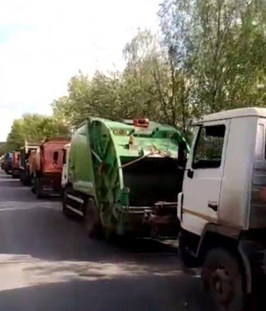 "У завода""ЭкоСити"" замечена очередь из мусоровозов"