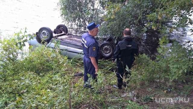 ВОрле cотрудники экстренных служб вытянули изреки утонувший автомобиль