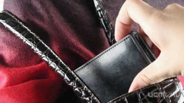 Под Орлом молодой преступник извлек кошелёк из сумочки пенсионерки