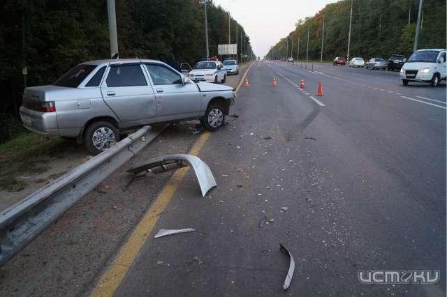 Натрассе Крым «пятерка» протаранила припаркованный автомобиль сводителем внутри