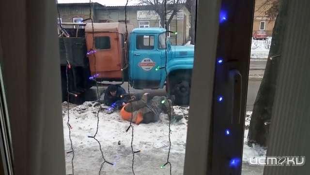 «Наних держится земля русская». Пьяные коммунальщики попали навидео