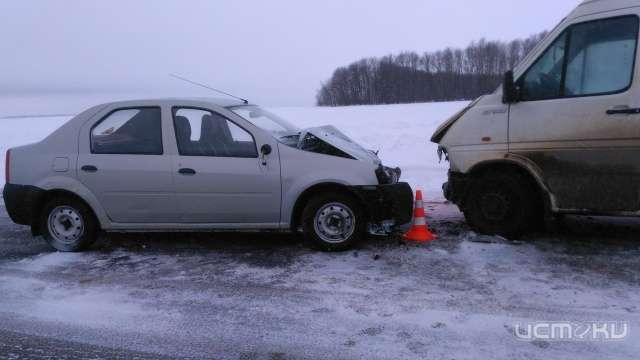Под Орлом легковушка столкнулась смикроавтобусом, пострадала женщина